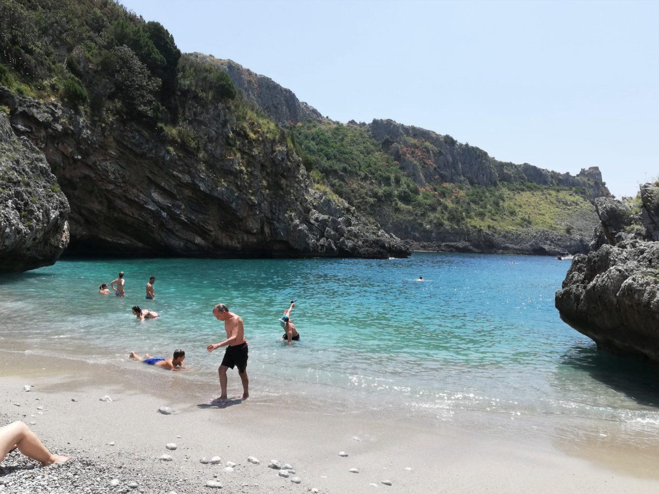 Spiaggia di cala bianca tra marina di camerota e scario cilento il cilentano sul sentiero degli infreschi e della masseta.jpg