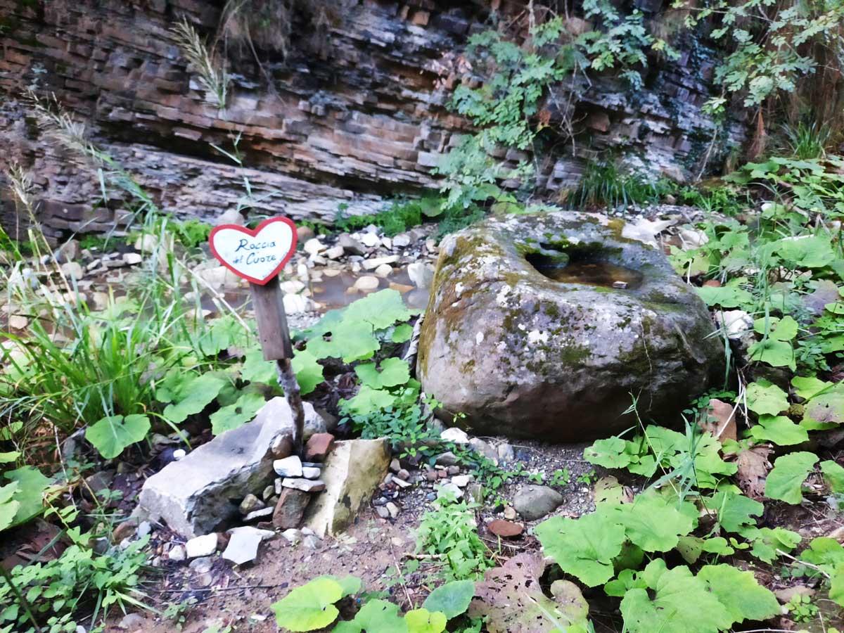 roccia-del-cuore-sentiero-pozza-dell'uva-nera-pioppi