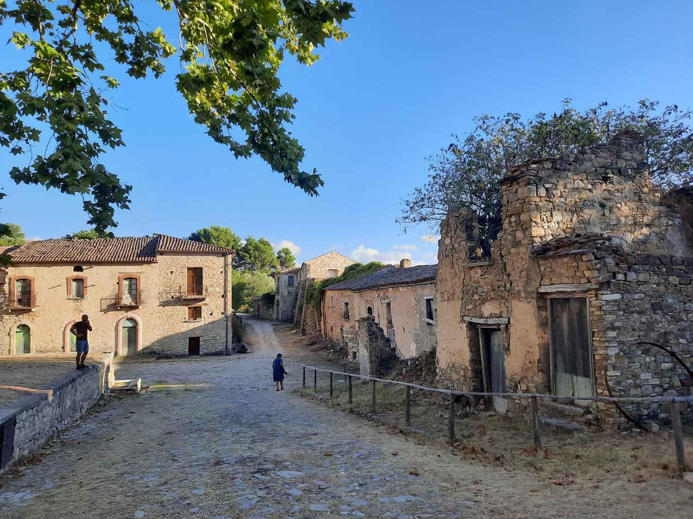 panoramica-roscigno-vecchia-paese-museo-borgo-fantasma