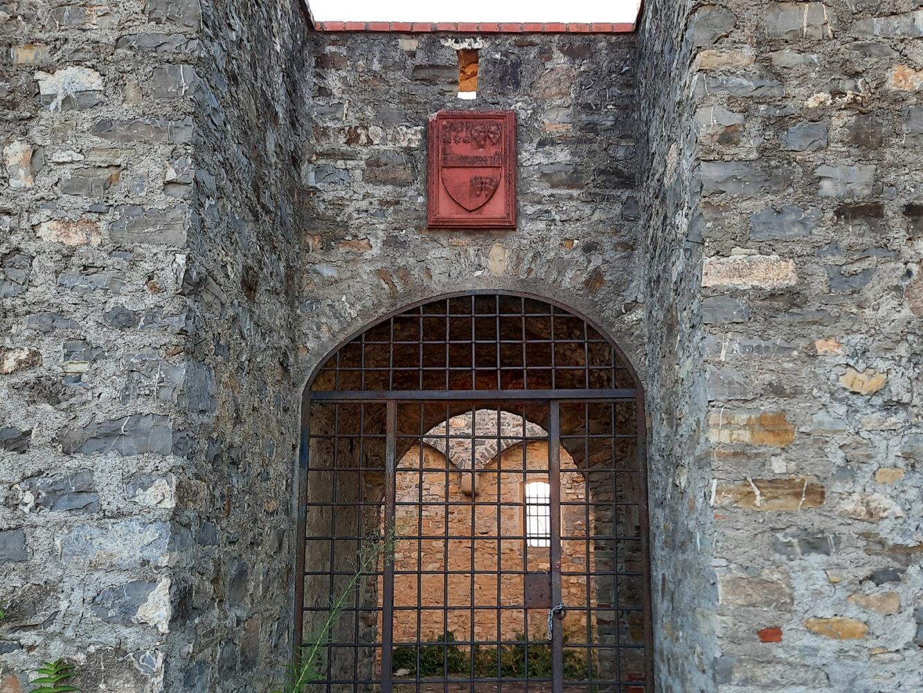 portone-e-stemma-castello-di-castelnuovo-cilento