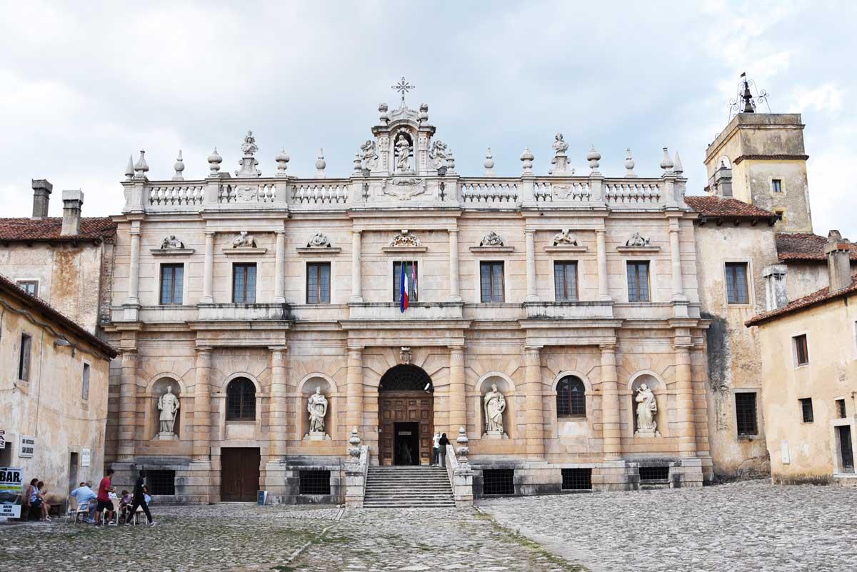 Atrio-e-facciata-principale-certosa-di-Padula-San-Lorenzo-2
